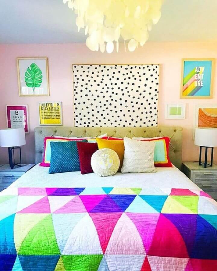 Almofadas para decoração de quarto colorido com cabeceira estofada Foto Kara Alexis Brown