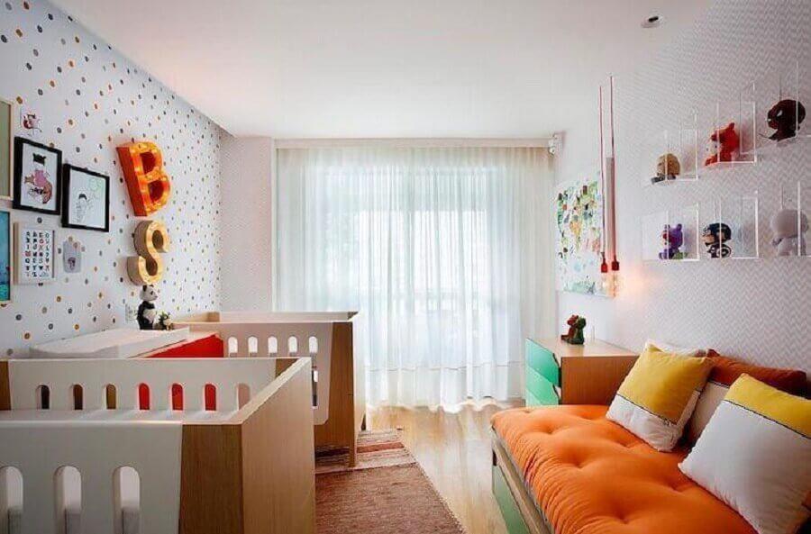 Almofadas para decoração de quarto de bebe colorido de gêmeos Foto Cesar Valenccia