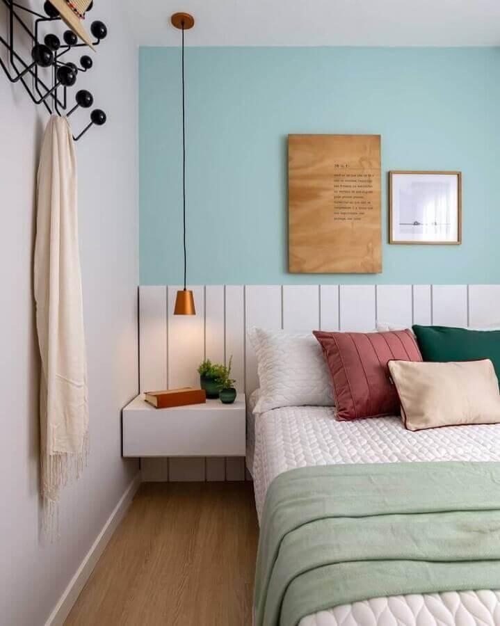 Almofadas para decoração de quarto de casal colorido com criado mudo planejado suspenso Foto Archilovers