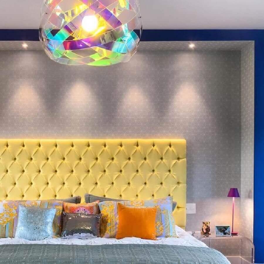 Almofadas para quarto colorido decorado com cabeceira estofada amarela Foto Andrea Murao