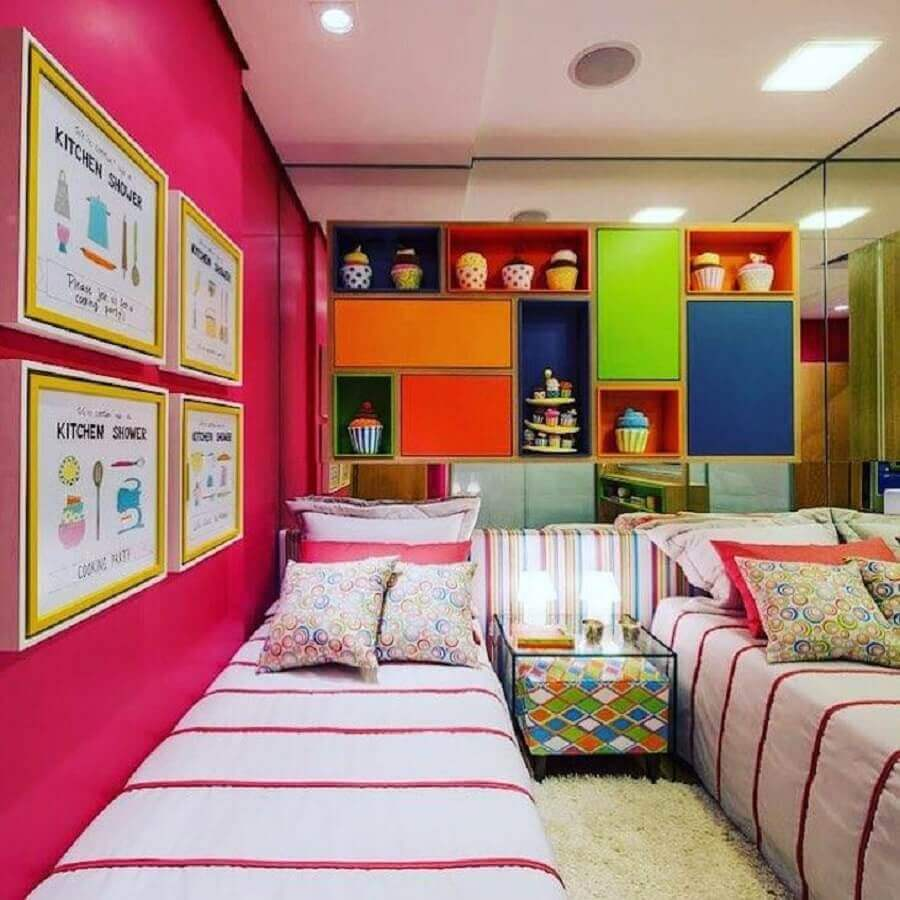 Armário aéreo para decoração de quarto colorido de solteiro Foto Thaisa Bohrer