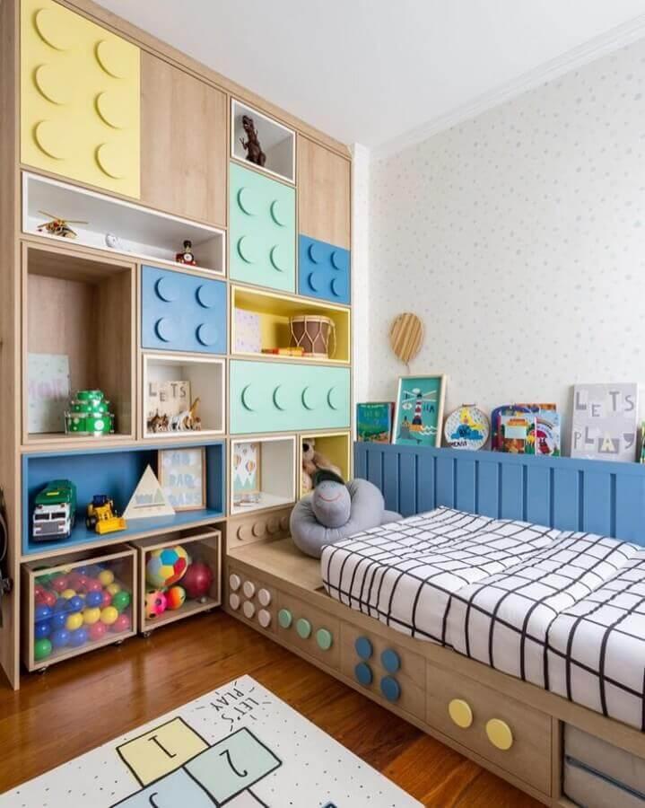 Armário planejado com portas de pecas de montar para decoração de quarto colorido infantil Foto Decor Petit