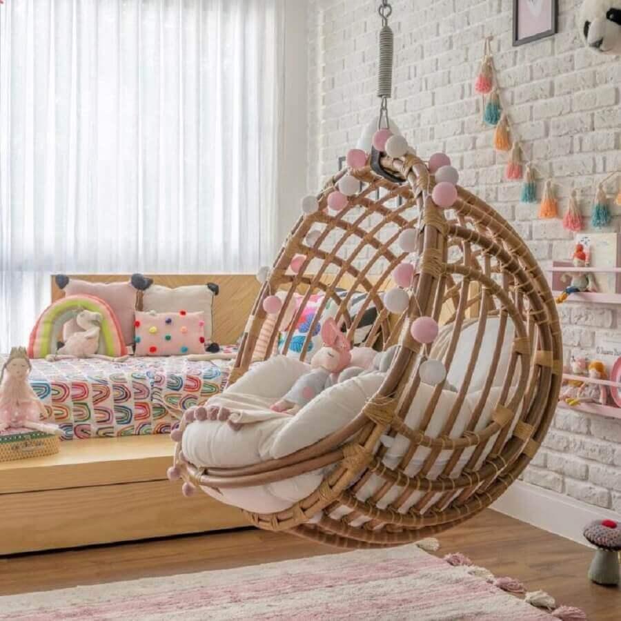 Balanço rustico para decoração de quarto infantil colorido com parede de tijolinho branca Foto Hana Lerner Arquitetura