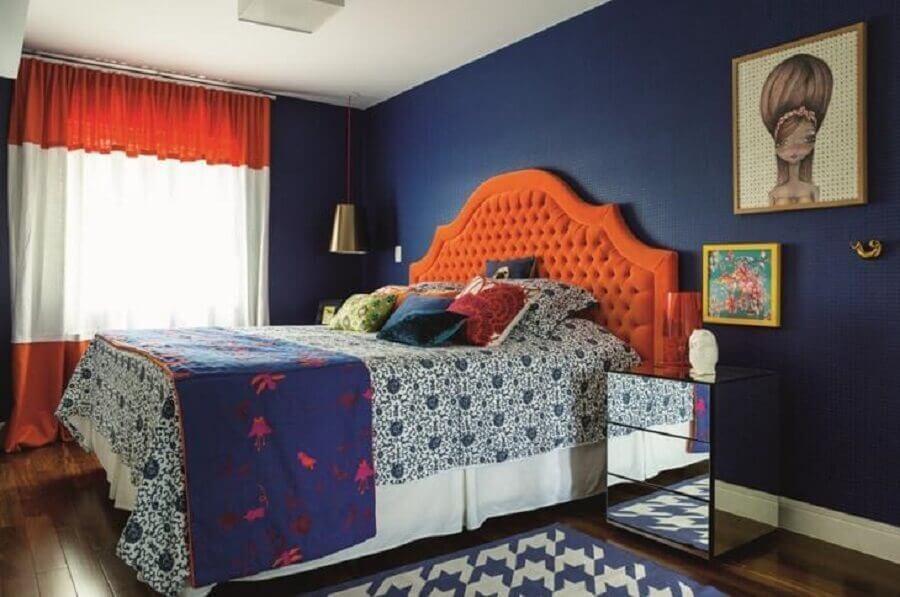 Cabeceira capitonê para quarto colorido de casal decorado com criado mudo espelhado Foto Andrea Murao