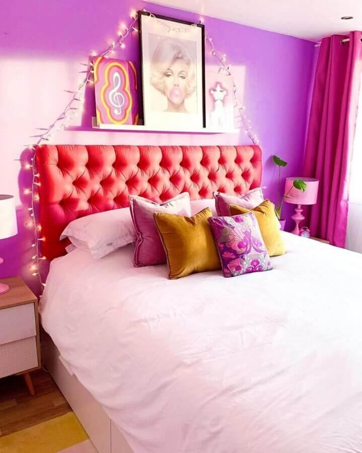 Cabeceira capitonê rosa para decoração de quarto colorido feminino com parede roxa Foto Rachael Haven Hand Designs