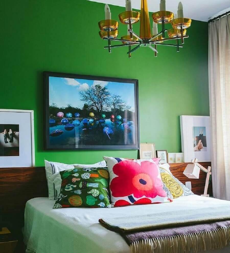 Cabeceira de madeira para decoração de quarto colorido com parede verde Foto Histórias de Casa