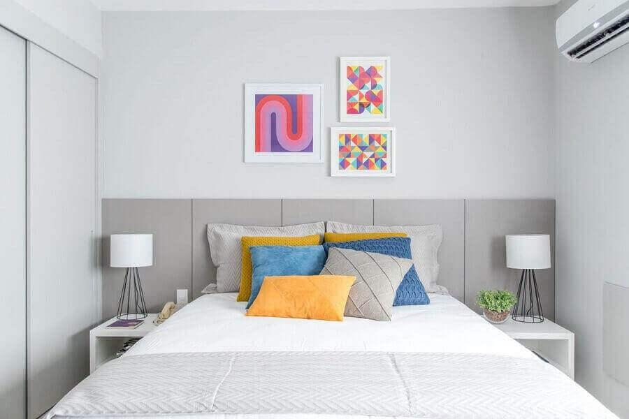 Decoração com almofadas e quadros coloridos para quarto planejado branco e cinza Foto Renata Romeiro