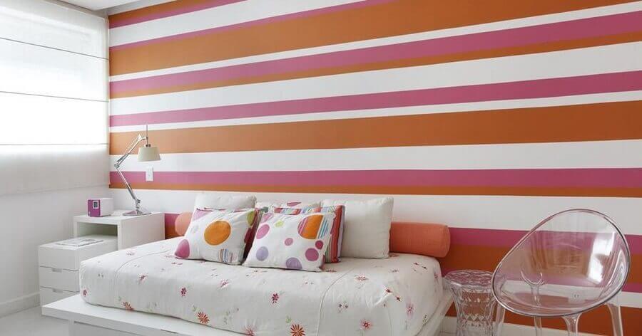 Decoração com papel de parede colorido para quarto branco infantil Foto Arquiteta Izabela Lessa