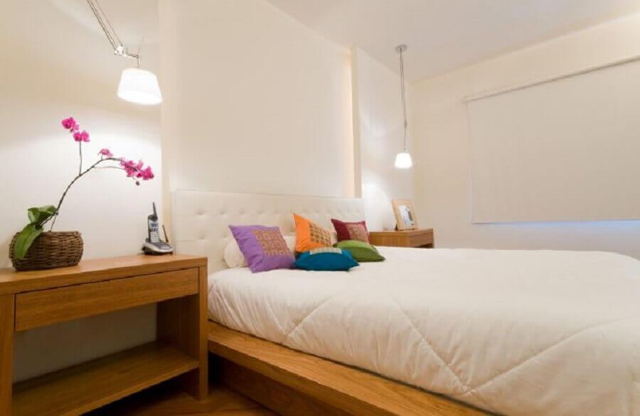 Decoração de quarto branco com almofadas coloridas Foto Casa Abril
