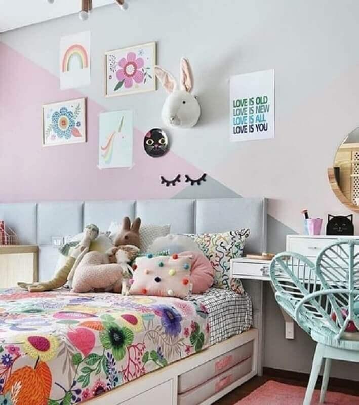 Decoração de quarto colorido infantil com parede geométrica e jogo de cama estampado Foto Gabi Work