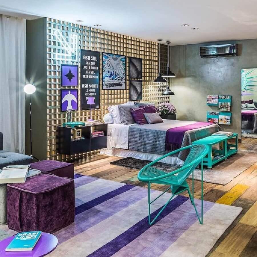Decoração moderna para quarto colorido com parede de cimento queimado Foto Carpaneda e Nasr