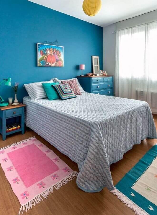 Decoração simples para quarto colorido azul Foto Casa Abril