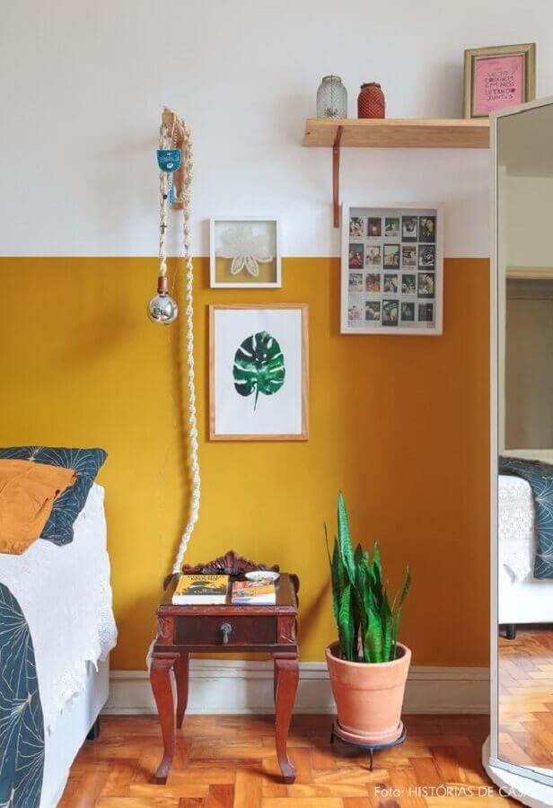 Decoração simples para quarto de casal colorido com parede amarela Foto Historias de Casa