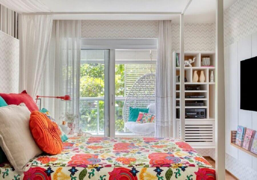 Jogo de cama e almofadas para decoração de quarto de casal colorido Foto Bezamat Arquitetura