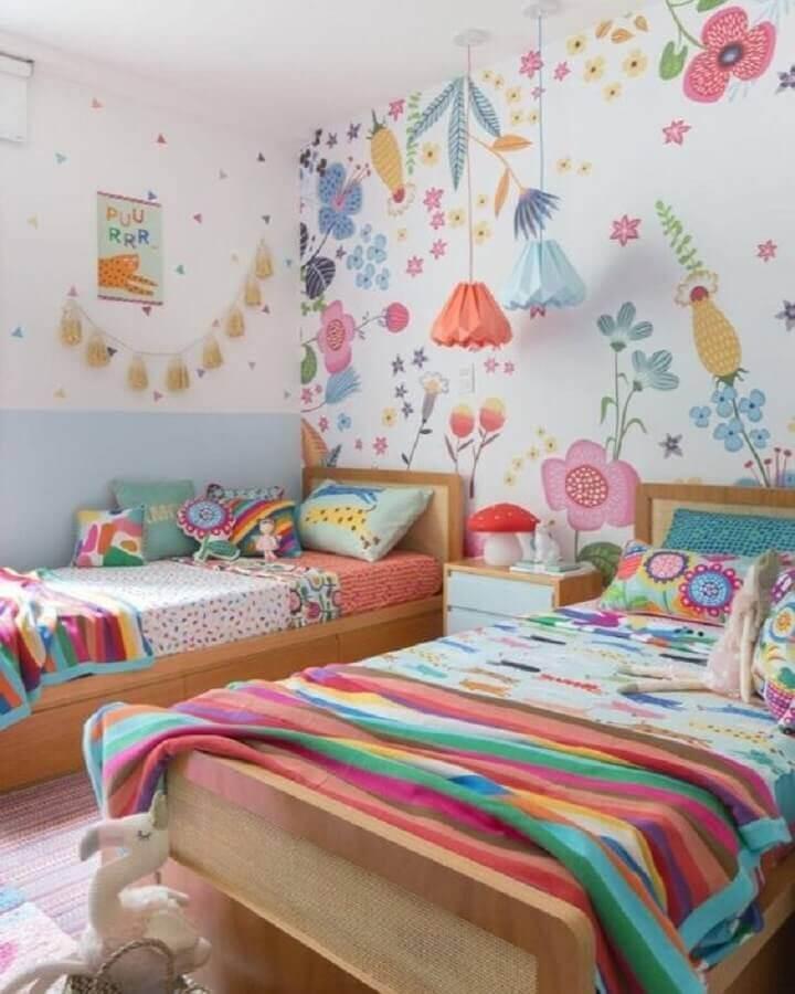 Papel de parede colorido para quarto infantil decorado com duas camas Foto MOOUI