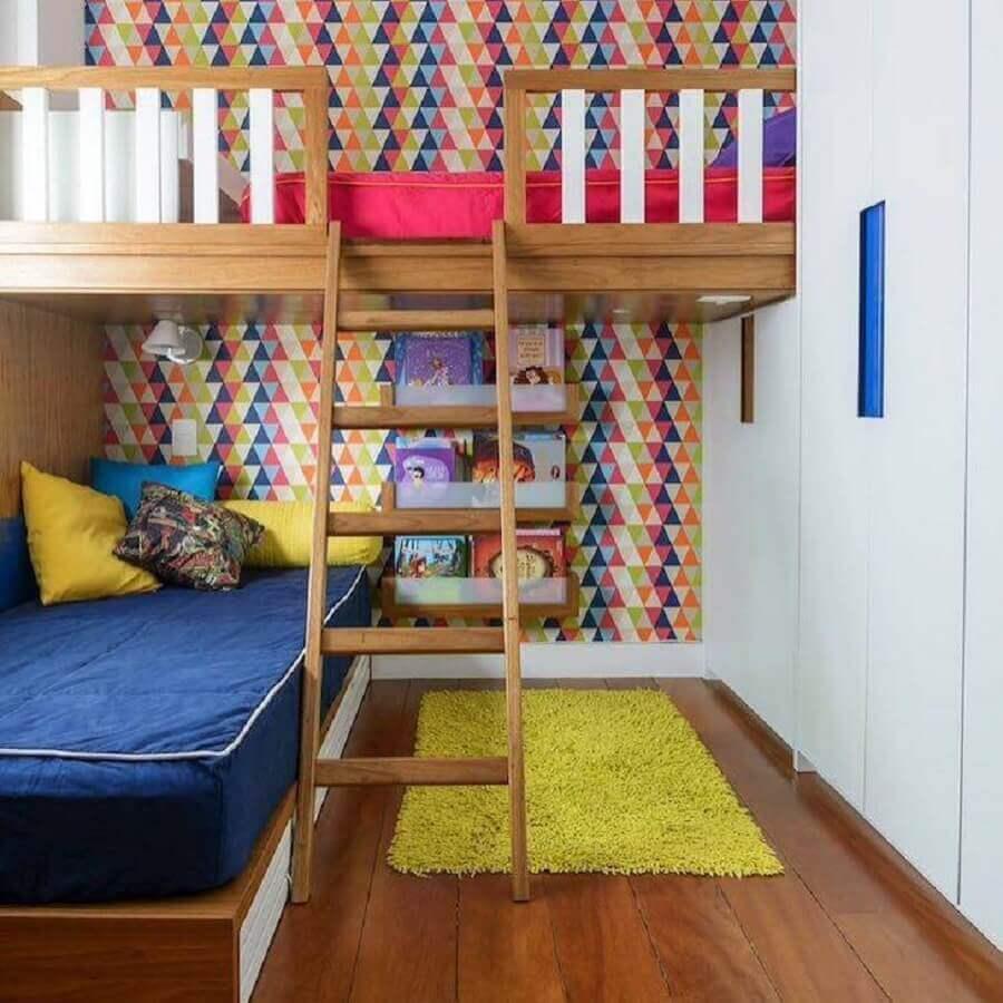 Papel de parede para quarto colorido de solteiro decorado com cama suspensa Foto Bianca Assuf e Beta Coutinho