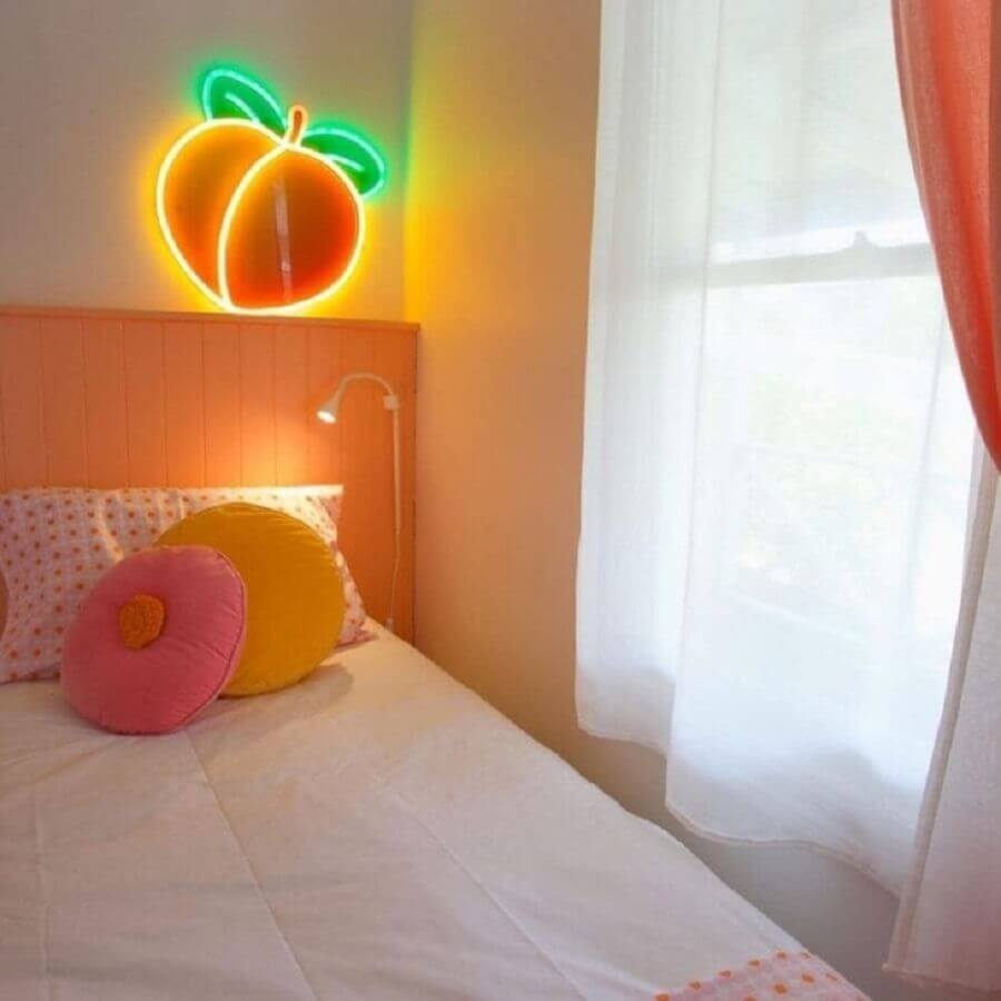 Quarto candy color decorado com luminária neon Foto Sugar Republic