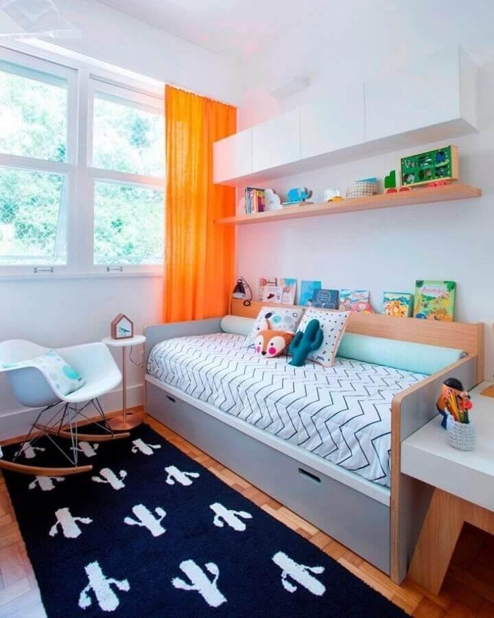 Quarto colorido infantil decorado com cadeira de balanço Foto Elefante Design