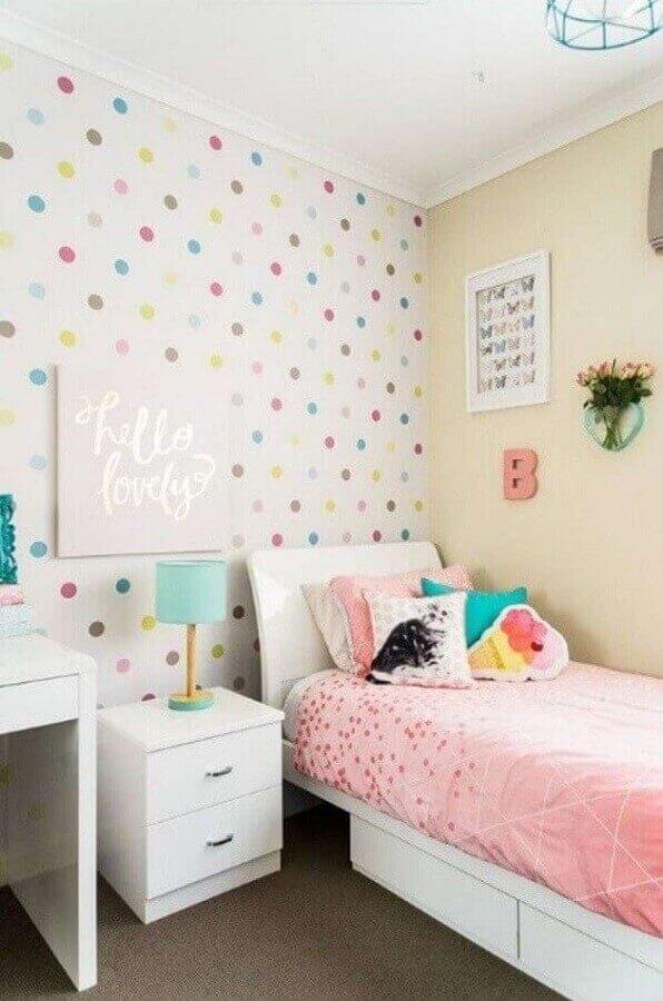 Quarto de menina colorido decorado com papel de parede de bolinhas Foto Affordable Interior Design Melbourne