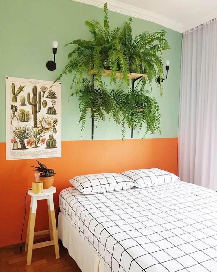 Vasos de plantas para decoração de quarto colorido simples com meia parede pintada Foto Karla Amadori