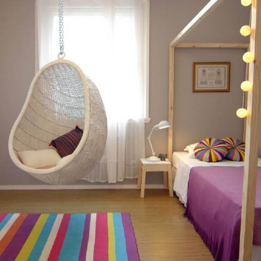 Balanço suspenso para decoração de quarto infantil colorido com tapete listrado Foto In Ex Arquitetura