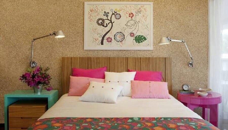 Decoração de quarto colorido de casal com luminária de parede Foto Dany Freitas Design de Interiores