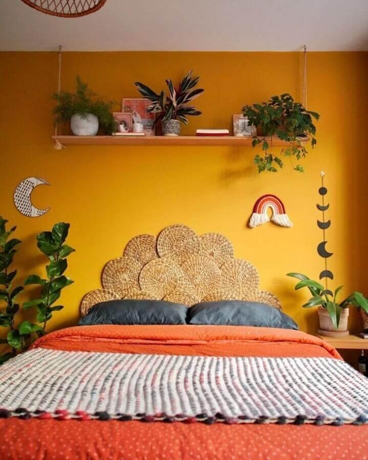 Vasos de plantas para quarto de casal colorido decorado com parede amarela e cabeceira rustica Foto Karla Amadori